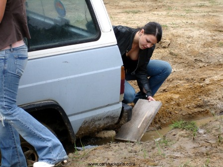 car_stuck_girls_ridingboots_mud_011.jpg
