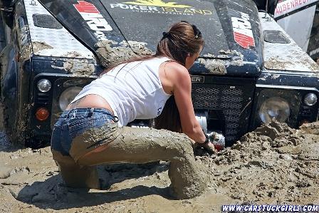 2_defender_girls_stuck_in_mud_013.jpg