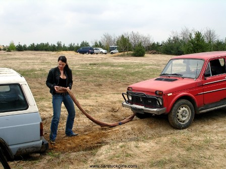 car_stuck_girls_ridingboots_mud_013.jpg